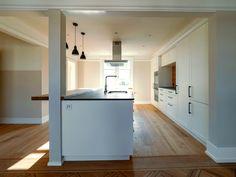Unsere Küche  - bald Ihre Küche. Einerseits: schön, attraktiv, wohnlich, präsentabel, geschmackvoll, einmalig. Andererseits: praktisch, ergonomisch, komfortabel, hygienisch, pflegeleicht, langlebig. Alle unsere Küchen erfüllen diese Kriterien und keine sieht gleich aus. Gerne bauen wir auch für Sie Ihre individuelle Küche. #schreinereilohrer #küchen #massivholzbau #möbel #raumgestaltung #innenausbau #traumküche Kitchen Island, Home Decor, Wood Workshop, New Furniture, Restore, Room Interior Design, Island Kitchen, Decoration Home, Room Decor