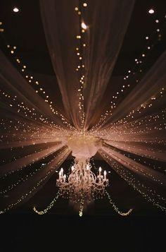 Estruturas aéreas de voal com uma iluminação mágica transformam qualquer espaço em um cenário lindo e romântico para seu grande dia!