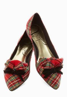 The ultimate Tartan flat for Christmas. Red Tartan, black velvet bow - WHY don't I have any plaid shoes yet? Pretty Shoes, Beautiful Shoes, Cute Shoes, Me Too Shoes, Beautiful Life, Mode Tartan, Tartan Plaid, Tartan Shoes, Zapatos Shoes