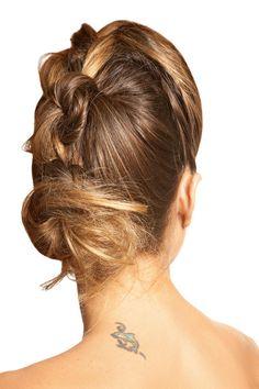 Coque desalinhado. Separe o cabelo na metade do topo da cabeça e faça um nó. Vá adicionando nós por todo o cabelo, como em uma trança, sem chegar até o final. Amarre com um elástico deixando sobrar o comprimento de um rabo e desfie-o. Enrole a parte desfiada em um coque e finalize com grampos.