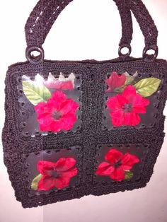 Combinación de diferentes elementos. Crochet-Acetato reciclado- flores artificiales.