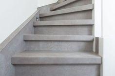 betonnen trap, betonlook, betonverf trap interieur Stair Renovation, Stair Slide, Open Trap, Interior Stairs, House Stairs, House Entrance, Kitchen Wall Art, Industrial House, Stairways