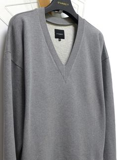 STARBEIT Oversized-Sweater mit tiefem V-Kragen.