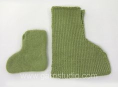 Knitted and felted DROPS Christmas slippers in Eskimo. Size 21 to Free pattern by DROPS Design. Felted Slippers Pattern, Knitted Slippers, Knitting Patterns Free, Free Knitting, Free Pattern, Drops Design, Hobbit, Garnstudio Drops, Felting Tutorials