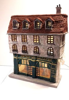 Maison miniature vintage pour village de noël. Une galerie d'art dans les années 1900, avec déco intérieur, et éclairage, pièce unique réalisée à la main