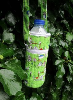 How to make a water bottle carrier. The quilted outer keeps your water cool and the strap makes it easy to carry. Water Bottle Carrier, Water Bottle Covers, Bottle Bag, Diy Sewing Projects, Sewing Ideas, Sewing Crafts, Sewing Tips, Sewing Hacks, Sewing Tutorials