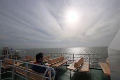 """An Bord der MS """"Spiekeroog 1"""" zeigt sich die Nordsee wie ein gigantischer Silberteller. Till Türmer fährt auf die Insel und ahnt noch nicht, wie sehr er diese Fahrt ein paar Stunden später bereuen wird. #Roman: """"Till Türmer und die Angst vor dem Tod"""". #Nordsee #Ostfriesland #Spiekeroog #Buch #Meer #Belletristik"""