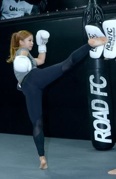 top online Fighter Girl Gun for women sites 2012 free Female Martial Artists, Martial Arts Women, Mixed Martial Arts, Muay Thai, Taekwondo Girl, Karate Girl, Action Pose Reference, Action Poses, Arte Filipino