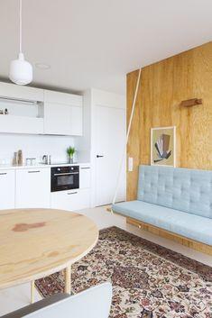 Asi všichni znáte typické panelákové byty, kde se zastavil čas. Architekti z BY architectsale dokáží i z nekomfortního zázemívytvořit krásné a praktické bydlení.