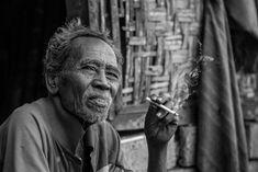 Pour vous faire découvrir Bali et Java «Autrement», nous sommes heureux de joindre nos compétences à celles de Michael Portillo, photographe professionnel. Ensemble, nous vous proposons un « workshop » unique dans un cadre exceptionnel ! Michael Portillo, Cultures Du Monde, Smoking, Photo D Art, Black N White, Old Men, Man, Photoshoot, Population