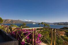 Coucher de soleil calme à la Villa The Palms le 27 juin 2017. Dans le fond, un grand voilier quitte le port pour sa prochaine destination.