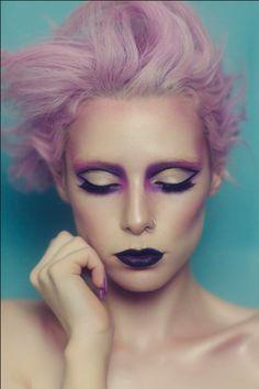 розовые волосы, темная помада, яркий макияж, гримм, стиль