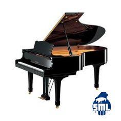 Piano cauda semi novo Yamaha com 3 pedais disponível em preto polido.