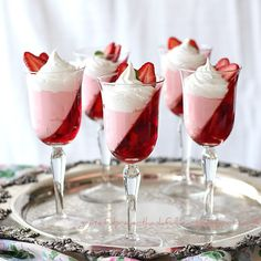 "Postres - Desserts - Jell-O Strawberry Parfait. ""A dessert that is light and pretty and won't harm your waistline. Jello Parfait, Dessert Parfait, Strawberry Parfait, Strawberry Jello, Strawberry Cookies, Dessert Cups, Jello Desserts, Jello Recipes, Just Desserts"