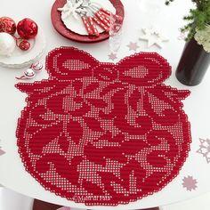 Occorrente, 4 gomitoli di cotone Cablè numero 5 rosso per realizzare ad uncinetto filet l'americano sagomato a sfera di Natale