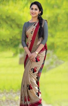 We share 51 beautiful Indian women in saree looking gorgeous and hot. These are the beautiful actress and indian models who looking so stunning in Saree. Cotton Saree Blouse Designs, Saree Blouse Patterns, Indian Beauty Saree, Indian Sarees, Saree Models, Stylish Sarees, Saree Look, Elegant Saree, Fancy Sarees