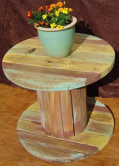 Pin by jeremiah bradbury on spool tables дом, декор Wooden Spool Tables, Cable Spool Tables, Wooden Cable Spools, Wood Spool, Recycled Pallets, Wood Pallets, Repurposed Furniture, Pallet Furniture, Spool Crafts