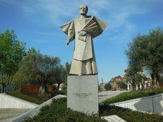 Estatua dedicada a donAntonio Ferreira Gomes,obispode #Oporto (#Portugal).  http://www.europeosviajeros.com