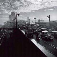 Iconic B&W photo of Sydney Harbour Bridge, 1947 by David Moore Harbor Bridge, Old Pictures, Old Photos, Fade To Black, Black And White, Sydney City, Over The Bridge, Urban Life, Urban
