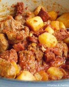Sauté de veau de Lisbonne: Pour 3/4 personnes : 400 gr (ou +) de sauté de veau ou de tendrons1 morceau de chorizo (15 cm environ) coupé en petites rondelles3 grosses pommes de terre coupées en gros morceaux1 petite poignée d'olives noires1 petite boite de concentré de tomates1 verre de Porto + 1 verre d'eau1 oignon,1 gousse d'ail,1 pincée de thym,sel, poivre