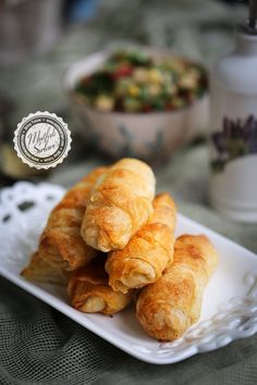 Ingredients: 4 pieces of dough 2 tablespoons butter (heaping) Half a tea cup oil 2 tablespoons vinegar 3 tablespoons flour Internal mortar: Ricotta cheese Salt parsley Pie Kitchen, Bakery Kitchen, Turkish Recipes, Ethnic Recipes, Snack Recipes, Snacks, Pastry And Bakery, Iftar, Tea Time