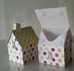 Das Häuschen als Geschenkbox. Der Boden ist geschlossen und das Dach lässt sich öffnen, bzw. mit Klettverschluss schließen. Auch als Lichterkette zu verbinden. Fenster sind mit Transparent Papier hinterlegt.