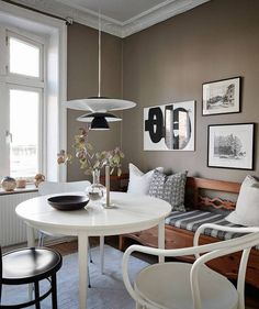 This dining corner in this Swedish kitchen looks so cozy and inviting. Dining Corner, Dinning Room Tables, Dining Nook, Small Dining, Dining Room Design, Cozy Kitchen, Kitchen Dining, Banquette Seating In Kitchen, Kitchens And Bedrooms