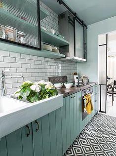 Esta cozinha da um show de estilo, todos seus elementos retrôs, as cores opacas dando evidência para o cromado dos elementos em Inox. A Blukit tem vários elementos em Inox para sua cozinha, acesse http://www.blukit.com.br/categoria/linha/cozinha e veja todos os produtos