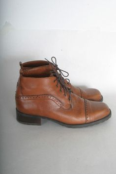 Vintage lace up ankle booties leather boots womens size 9 brown leather Oxford. They remind me of the 11th Doctor.