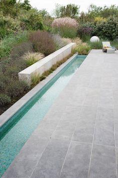 Bijzondere materialen sluiten aan bij lichte atmosfeer aan de kust : Moderner Garten von Andrew van Egmond (ontwerp van tuin en landschap)