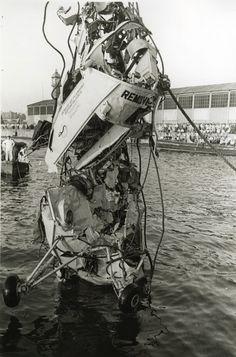 """El 15 de agosto de 1957 el helicóptero tipo Sikorsky llamado """"Angel"""" perteneciente al portaaviones estadounidense Franklin D. Roosevelt, cayó por la mañana en las aguas del puerto de Barcelona y sus tripulantes murieron. El accidente se produjo a cinco minutos para las doce del mediodía. Dos minutos antes, el aparato había despegado de la cubierta del portaaviones situado a dos millas del faro de la escollera. El viaje de los tripulantes era de puro entretenimiento. Según diferentes…"""