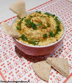 Qui ne connaît pas le houmous?L'incontournable de la cuisine végétalienne,  riche en protéines, vitamines et minéraux et surtout hyper savoureux!  Le houmous fait souvent partie desmezze (l'ensemble de plats servis à  l'occasion d'une fête) dans de nombreux pays: Liban,Syrie,  Jordanie...Composé de pois chiches et de purée de sésame et assaisonné de  jus de citron, d'ail et d'huile d'olive, il est souvent servi avec du pain  pita découpé.    Un peu d'histoire  Plusieurs pays se…