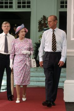 A Very Royal Style File: Her Majesty's Best Looks From Her 63 Years As Queen 1989 Looking lovely in pink and lilac, this simple summer outfit (and jaunty hat) must have kept the Queen cool during a tour of Singapore. Queen Outfit, Queen Dress, Elizabeth Philip, Queen Elizabeth Ii, Queen Mary, King Queen, Princesa Real, Queen Margrethe Ii, Simple Summer Outfits