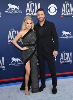Carrie Underwood Stuns at ACM Awards Less Than Three Months After Giving Birth!: Photo Carrie Underwood looks stunning on the red carpet at the 2019 Academy of Country Music Awards on Sunday night (April at the MGM Grand Garden Arena in Las Vegas. Miranda Lambert, Wedding Dresses With Flowers, Designer Wedding Dresses, Carrie Underwood Wedding, American Country Music Awards, Country Singers, Madonna Daughter, Las Vegas, One Shoulder Gown