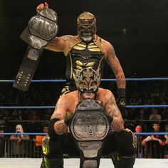 LAX & Lucha Bros lit Mexico City on FIRE with their riveting main event title match; these are the Top 5 most jaw-dropping moments! Wrestling Books, Wrestling Stars, Wrestling News, Golden State Warriors Championships, Wrestlemania 29, Best Wrestlers, Lucha Underground, The Girlfriends, Professional Wrestling