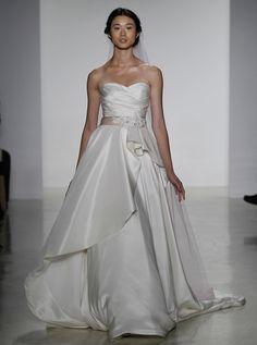 アクア・グラツィエがセレクトした、KELLY FAETANINI(ケリー ファッタニーニ)のウェディングドレス、KF003をご紹介いたします。