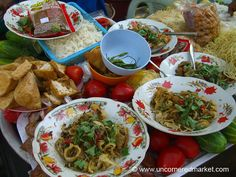 A photo essay of Burmese food and markets taken during our visit to Myanmar. Burmese cuisine sits at the intersection of Southeast Asian, South Asian, and Chinese food. Read more about Burmese cuisine with Top 15 Burmese Eats. Burmese Food, Burmese Recipes, Bangladeshi Food, Asian Recipes, Ethnic Recipes, Bons Plans, International Recipes, Foodie Travel, Street Food