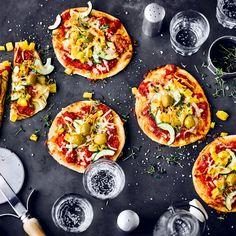 Kleine Häppchen sind auf Partys und als Snack zwischendurch beliebt. Mini-Pizzen lassen sich mit verschiedenen Zutaten belegen – ein Rezept, viele Ideen! Pirouette Cacahuete, Mini Pizza, Bruschetta, Vegetable Pizza, Food And Drink, Snacks, Vegetables, Breakfast, Ethnic Recipes