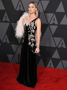 Margot Robbie arrives at the Academy Of Motion Picture Arts And Sciences' Annual Governors Awards at The Ray Dolby Ballroom at Hollywood Margot Robbie Style, Margot Elise Robbie, Margo Robbie, Celebrity Red Carpet, Celebrity Dresses, Celebrity Style, Holiday Party Outfit, Holiday Outfits, Scandal