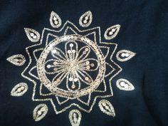 Mandala bordada em lantejoulas e linha dourada, por Mírian Torres Rubim da Silva.