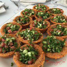 """612 Beğenme, 24 Yorum - Instagram'da Esra Elmas (@tarifsizlezzetler): """"Bulgurlu Sini Salatası 🌿6 orta boy patates 🌿1,5 su bardağı köftelik bulgur 🌿1 tepeleme çorba kaşığı…"""""""