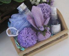 *** Kit Lavanda - Saboaria artesanal    >> No caixote de madeira, o kit provençal é composto por:  - 1 sabonete cilíndrico floral(90g)  - 1 sabonete em esfera grande com rosas(150g)  - 1 spray aromatizador de ambientes(60ml)  - 1 sachê em poá com acabamento em flores  - 1 tubete de sais de banho ...