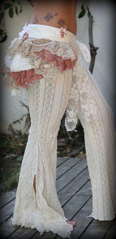 Magnífico volantes perfecto bullicio para cualquier chica de circo!! Tiene una base de seda crema que apliques con flores de tela hechas a mano,