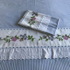 Linen Pillows, Throw Pillows, Bed Design, House Design, Designer Bed Sheets, Flower Embroidery Designs, Shabby Chic Pillows, Small Sewing Projects, Embroidered Pillows