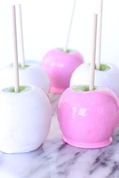 PINK Candy Apples Recipe - Perfect for Halloween! Rosa Desserts, Pink Desserts, Jolly Rancher, White Candy Apple Recipe, Apple Candy, Candy Apples Recipe, Candy Melts, Candy Corn, Colored Candy Apples