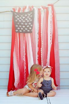 An easy, quick, no-sew tutorial for a shabby chic American flag. The perfect American flag for a backdrop, or patriotic decoration for your Fourth of July party! Fourth Of July Decor, 4th Of July Decorations, 4th Of July Party, 4th Of July Ideas, Fourth Of July Pics, Birthday Decorations, 4. Juli Party, Wonderful Day, Foto Fun