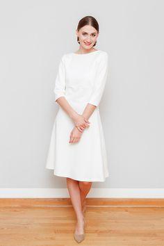 Puristisches Jerseykleid im Empirestil aus mittelschwerem Romanitjersey in cremeweiß. Das ideale Kleid für eine standesamtliche Trauung.  Ein schmal geschnittenes Oberteil, der dazu leicht...