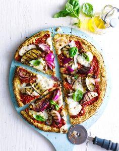 pizza avec une pâte de chou-fleur et legumes grilles
