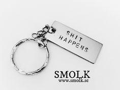 Produkten SHIT HAPPENS säljs av SMOLK -Handstamped jewelry with a twist i vår Tictail-butik. Tictail låter dig skapa en snygg nätbutik helt gratis - tictail.com