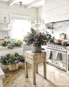 Vintage Decor Rustic Rustic Farmhouse Kitchen - Farmhouse decor reflects a slower, more relaxed pace of life in the country. Find out how to decorate with Farmhouse style with Interior Designer, Tracy Svendsen. Cocina Shabby Chic, Shabby Chic Farmhouse, Country Farmhouse Decor, Shabby Chic Kitchen, Shabby Chic Homes, Shabby Chic Decor, Farmhouse Style, Modern Farmhouse, American Farmhouse